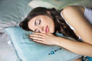 femme-endormie-oreiller